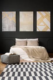 gemälde auf schwarzer wand im schlafzimmer premium foto
