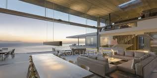 modernes luxuriöses wohn und esszimmer mit meerblick in