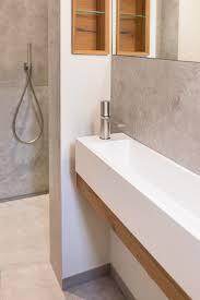 schmales waschbecken mit edelstahlarmatur modern