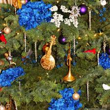 How To Decorate Your Christmas Tree With Flowers