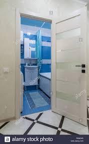 die offene tür zum badezimmer in das innere der wohnung