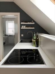 minimalistische küche mit grauer wandfarbe küche