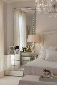 gestaltung schlafzimmer eckiger spiegel weisses bett le