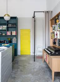 gelbe tür streichen ohne aushängen als akzent im retro stil