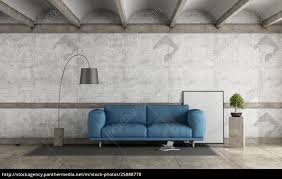stock bild 25888778 alter raum mit blauem sofa