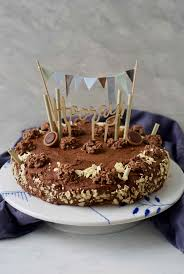schokocrossies torte mit schoko fudge glasur fernwehküche