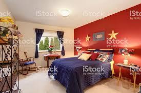 amerikanischer stil gästezimmer mit rote wand stockfoto und mehr bilder 2015