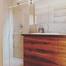 modernes badezimmer möbel eiche vollholz fliesen in