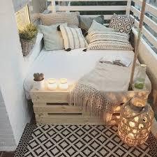 balkongestaltung bett paletten musterkissen schlafdecke