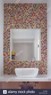modernes badezimmer mit waschbecken bunten glas mosaik
