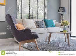 modernes wohnzimmer mit modernem stuhl und sofa stockfoto