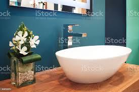 luxus modernen stil wasserhahn mischer auf eine weiße runde waschbecken im badezimmer dunkel blau stockfoto und mehr bilder architektur