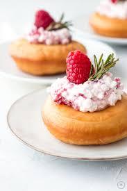 buttermilch donuts mit körnigem himbeer frischkäse und