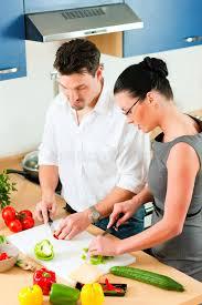 couples amour cuisine couples faisant cuire ensemble dans la cuisine image stock image