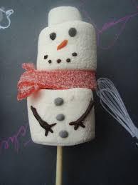 brochette de bonhomme de neige en chamallows ça ne sent pas un