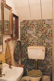 ein altes badezimmer dekorieren funky badezimmertapete