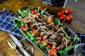 tagliata di manzo rindfleisch auf rucola salat