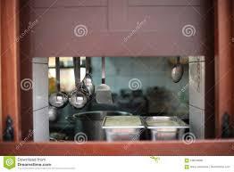 ein fenster in der wand zwischen der küche stockbild bild