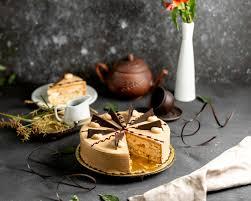 geschnittener runder kuchen mit kaffeecreme und