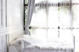 weißes schlafzimmer mit fenster und vorhang stockfoto und mehr bilder abstrakt