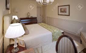 traditionelles design englisch schlafzimmer luxus schlafzimmer mit beigefarbenen wänden mittleren ton holzböden ein weiches mit trs