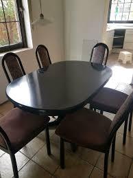 1 schwarzer tisch zum ausziehen