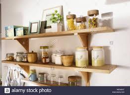 holzregal tragen eine menge material an die wand der küche