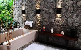 luxus badezimmer mit natursteinwand und badewanne einmauern