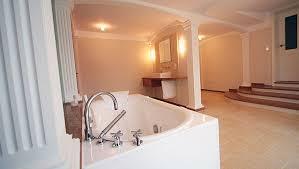 lichtdurchflutetes badezimmer blick aus dem duschbereich