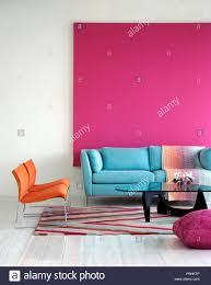 pastell blaue sofa gegen helles rosa bild in modernes