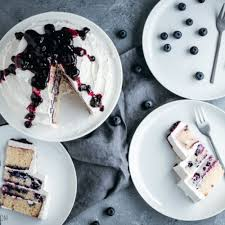 blaubeeren torte mit weißem schokoladenfrosting