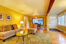 möbliertes wohnzimmer mit flur und essbereich gelbe wände tolles spiel mit weißen brett decke und eingangstür
