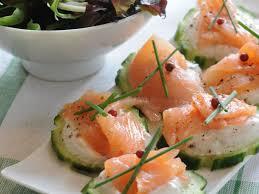 canapés saumon fumé canapés de saumon fumé sur concombre facile recette sur cuisine