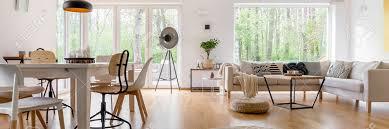 geräumiges gemütliches wohnzimmer mit großen fenstern und glastür