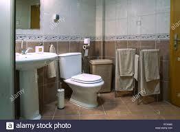 moderne braun badezimmer mit waschbecken toilette