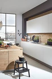 kücheninsel in holz optik und weißer küchenzeile wood look