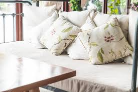 schöne kissen auf sofa dekoration im wohnzimmer