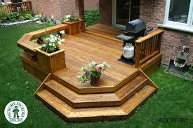 cute and smaller 1 level deck with built in benches you can