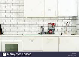 weiße minimalistische küche interieur und design fliesen