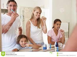 familien bürstende zähne im badezimmer spiegel stockfoto