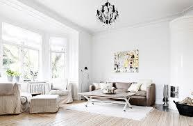 braunes sofa im klassischen wohnzimmer bild kaufen