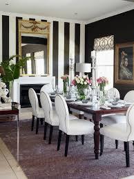 weiße polsterstühle und tisch vor kamin bild kaufen