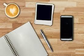 sur le bureau téléphone portable stylo portable cadre photo et tasse de café