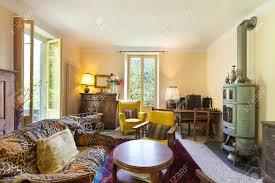 schönes wohnzimmer einem rustikalen haus vintage möbel