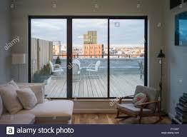 moderne wohnzimmer und terrasse auf städtischen dach new