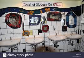 kunst wc im hundertwasserhaus wien österreich europa