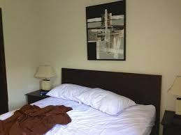 installer une dans une chambre la chambre legerement en desordre apres que l on ait commence a s