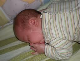 la culpabilité de faire dormir bébé sur le ventre famille