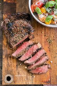 rib eye steak mit orangen fenchel rub toskanischer tomatensalat