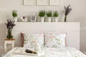 lavendel schlafzimmer innenraum mit einem bett kissen holztablett mit topf blumen und dekorationen echtes foto stockfoto und mehr bilder behaglich